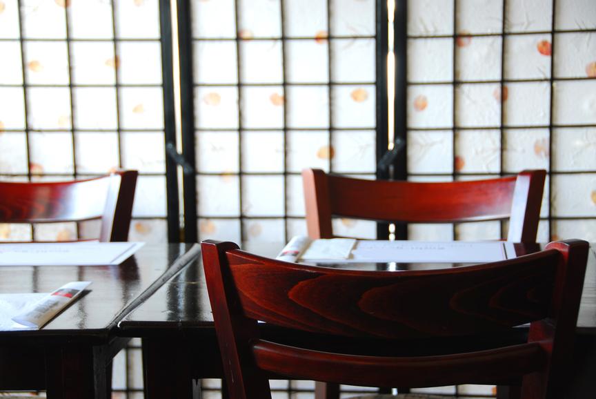 Comment se comporter dans un restaurant japonais - Restaurant japonais cuisine devant vous ...